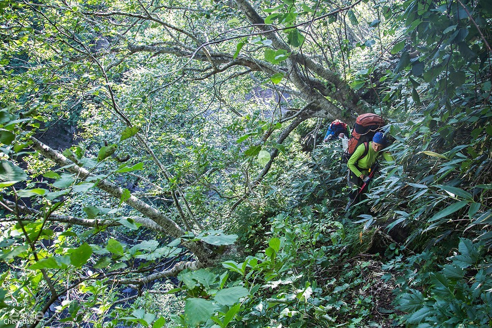 Обход второго водопада на ручье Кратерный. Остров Итуруп