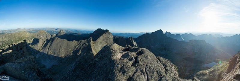 Вид на Ергаки с вершины Зуб Дракона