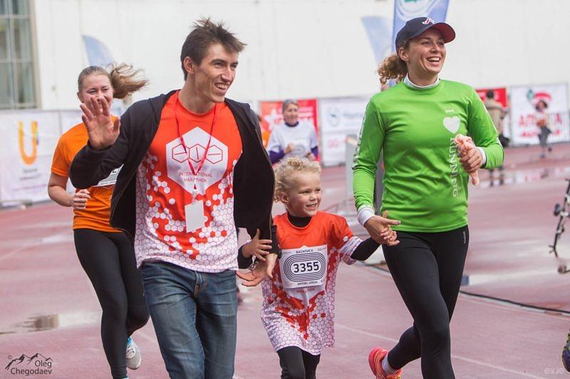 Финиширующий Влад Литвинчук с семьей