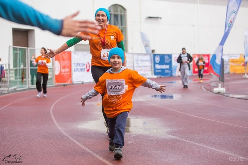 Дети финиширующие на 3 км со своими родителями