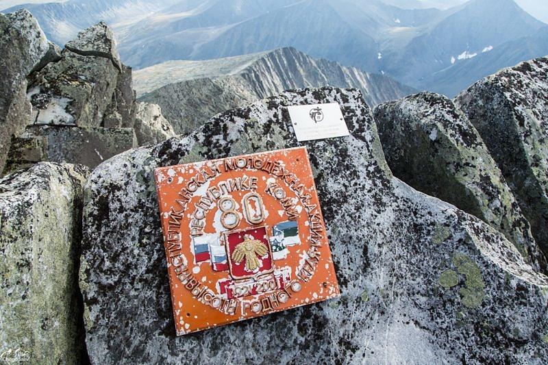 Мусор на вершине горы Народная