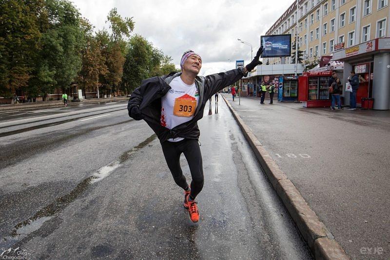 """Топовый блогер Габитов Раис демонстрирует особенности техники """"блогерского бега"""""""