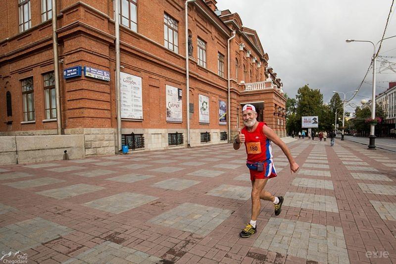 Участник марафона на фоне театра Оперы и балета