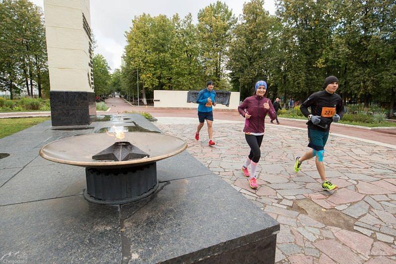 Участники марафона у вечного огня