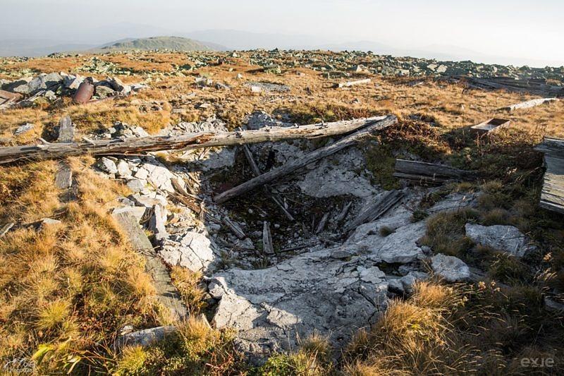 Останки сооружений и мусор на горе Ямантау