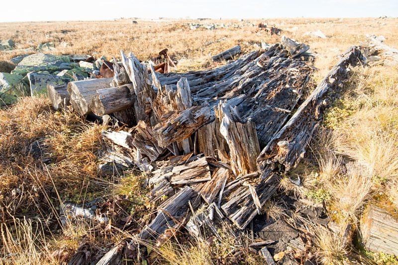 Останки сооружений и мусор на вершине горы Ямантау