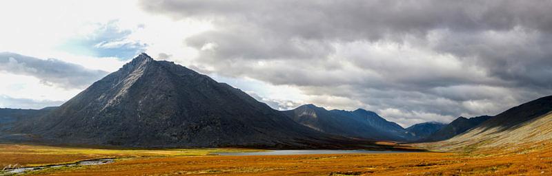 Гора Старуха - Из, черный точки у ее основания Балки