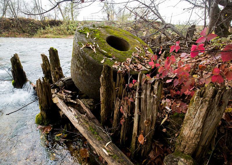 Старинные жернова у ручья Красный Ключ
