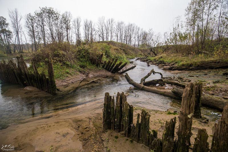 Остатки старинной плотины у ручья Красный Ключ