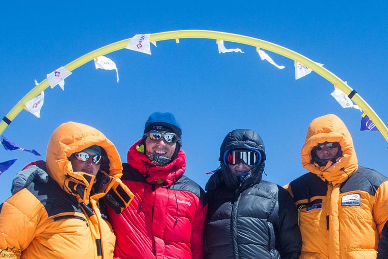 Команда высотных судей на вершине Эльбруса