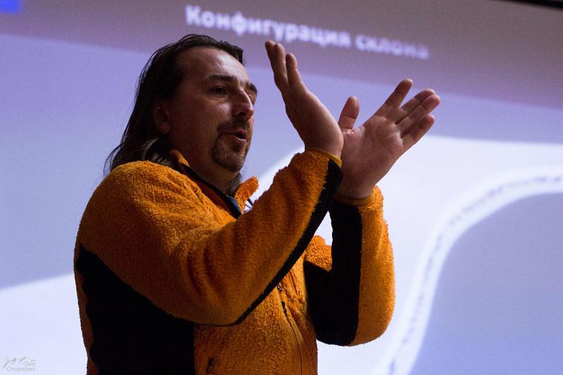 Макс Панков показывает, для чего он приехал с лекцией по лавинной безопасности. Точнее, для того, что бы это не наступило в вашей жизни.