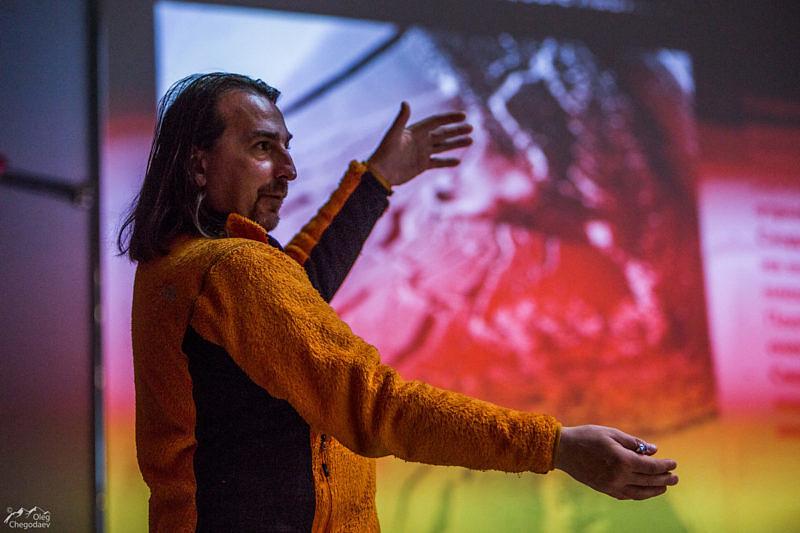 Макс Панков показывает, как работает инфракрасный датчик