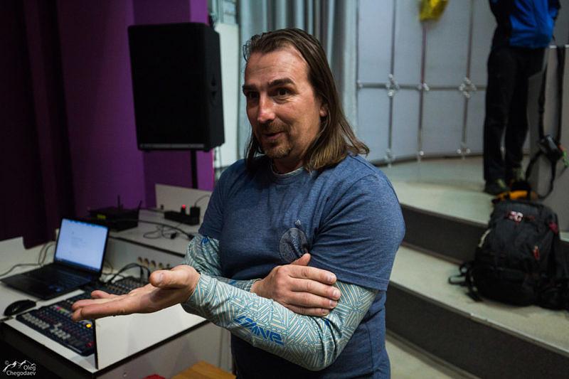 Макс Панков показыват как на языке жестов у лавинщиков называется 3 степень лавиноопасности