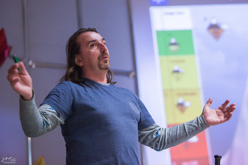 Макс Панков показывает, как у них встречают молодых лавинщиков