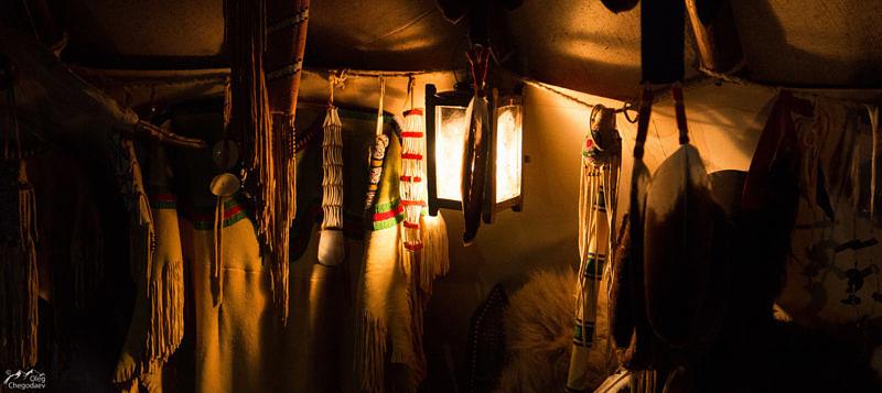 Внутри индейского типи