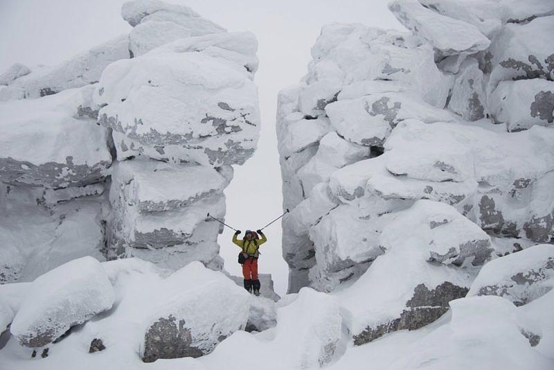 Скальная стенка на одой из вершин хребта Нургуш