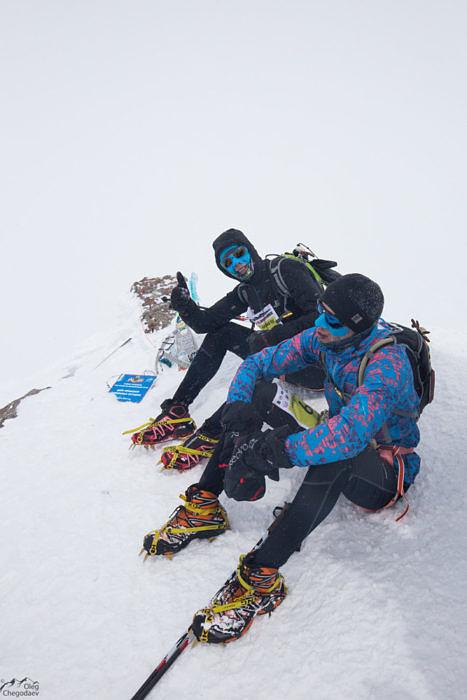 Топовый спортсмен на топ Эльбруса бежит в кроссовках