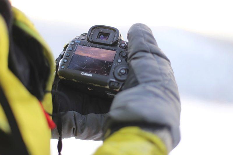 Работа с камерой на морозе в пуховых варежках