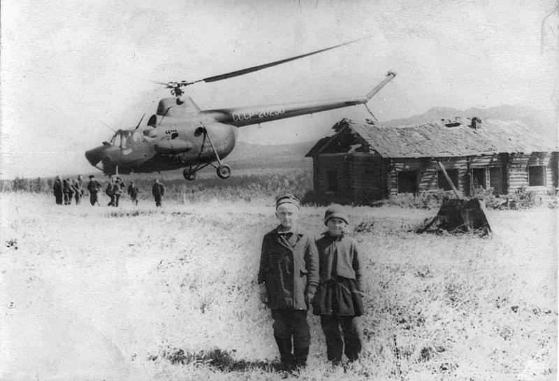 Урочище Капкалка. начало 1960 - х годов. Работа Геофизической партии и моя мама (справа)