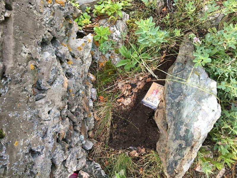 Брелок спрятан под камнем, рядом с туром, на вершине горы Курташтау