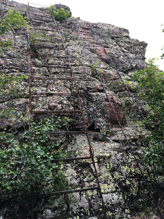 Лестницы на вершину горы Масим