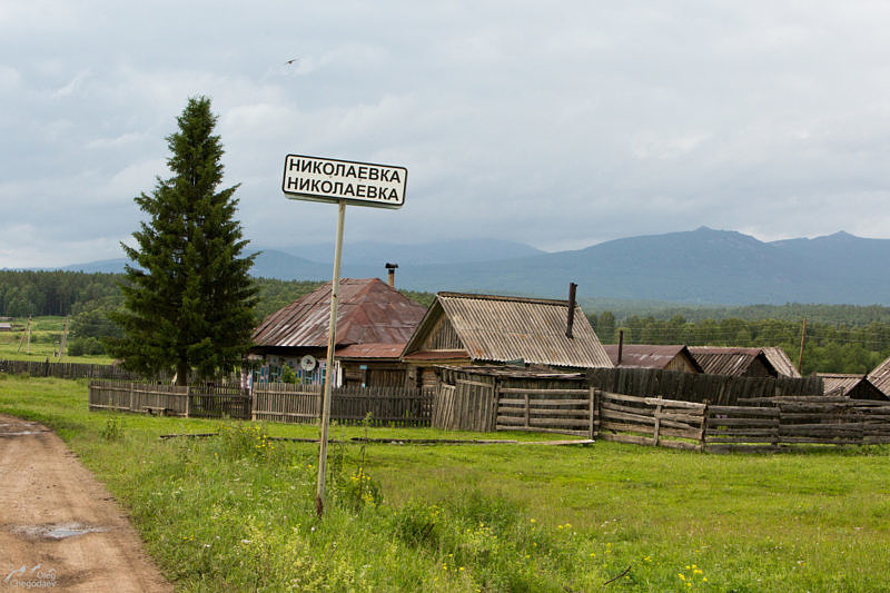 Деревня Николаевка на фоне Иремеля