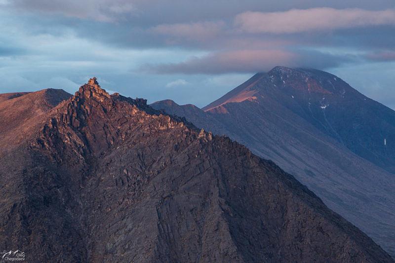 Старуха Их и гора Карпинского на рассвете