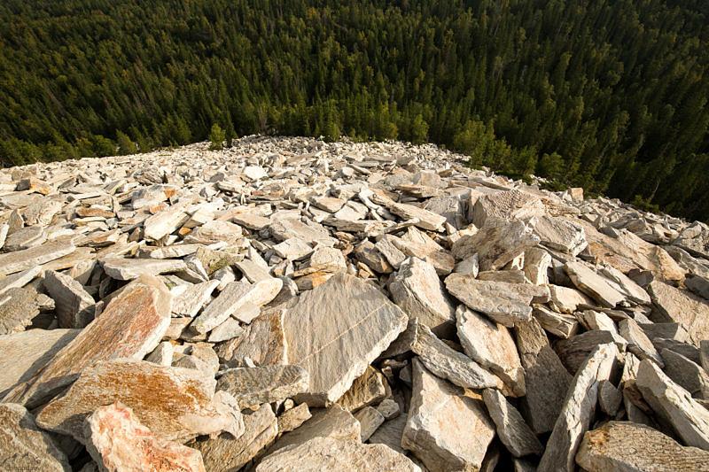 Типичный склон состоящий из плоских камней гора Голая сопка, Хребет Зюраткуль.