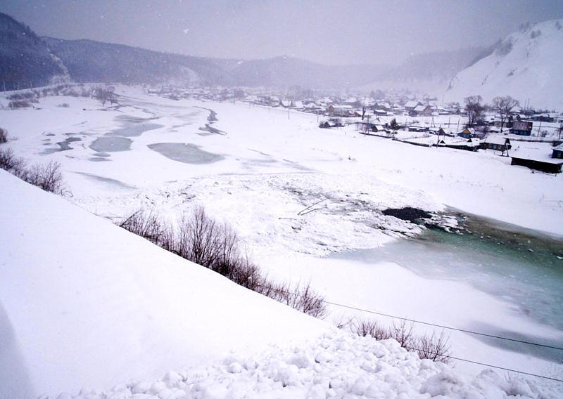 Лавинный вынос перегороди реку Сим лавины на Южном Урале