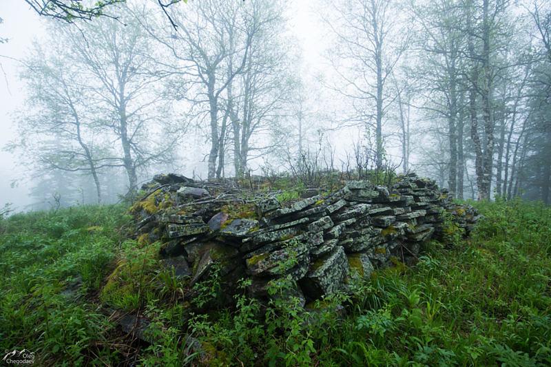 Каменный фундамент на горе Сухая