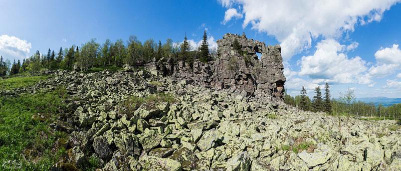 Дыроватая скала на хребте Сухих Гор
