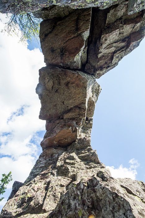 Арка дыроватой скалы на хребте Сухих Гор