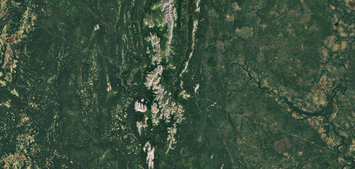 Линия газопровода пересекающая Уральские Горы на спутниковом снимке