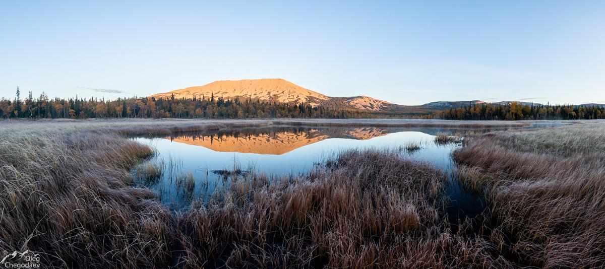 Гора Иремель отражение в тыгынских болотах