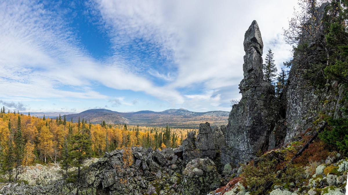 Каменный останец на вершине 1079 у подножия Ямантау вид на хребет Машак