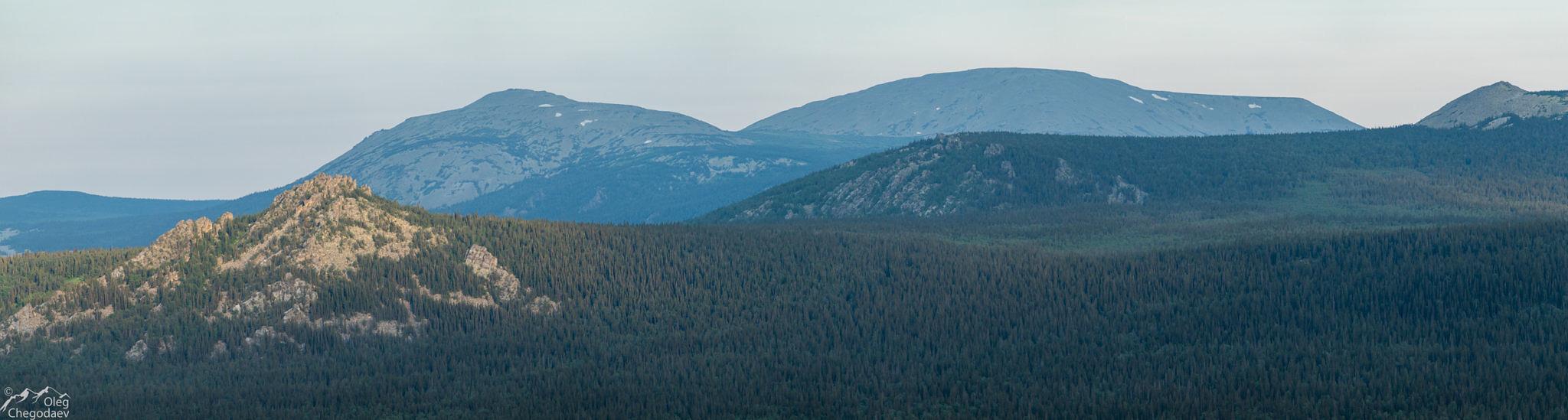 Гора Кокуй на переднем плане слева