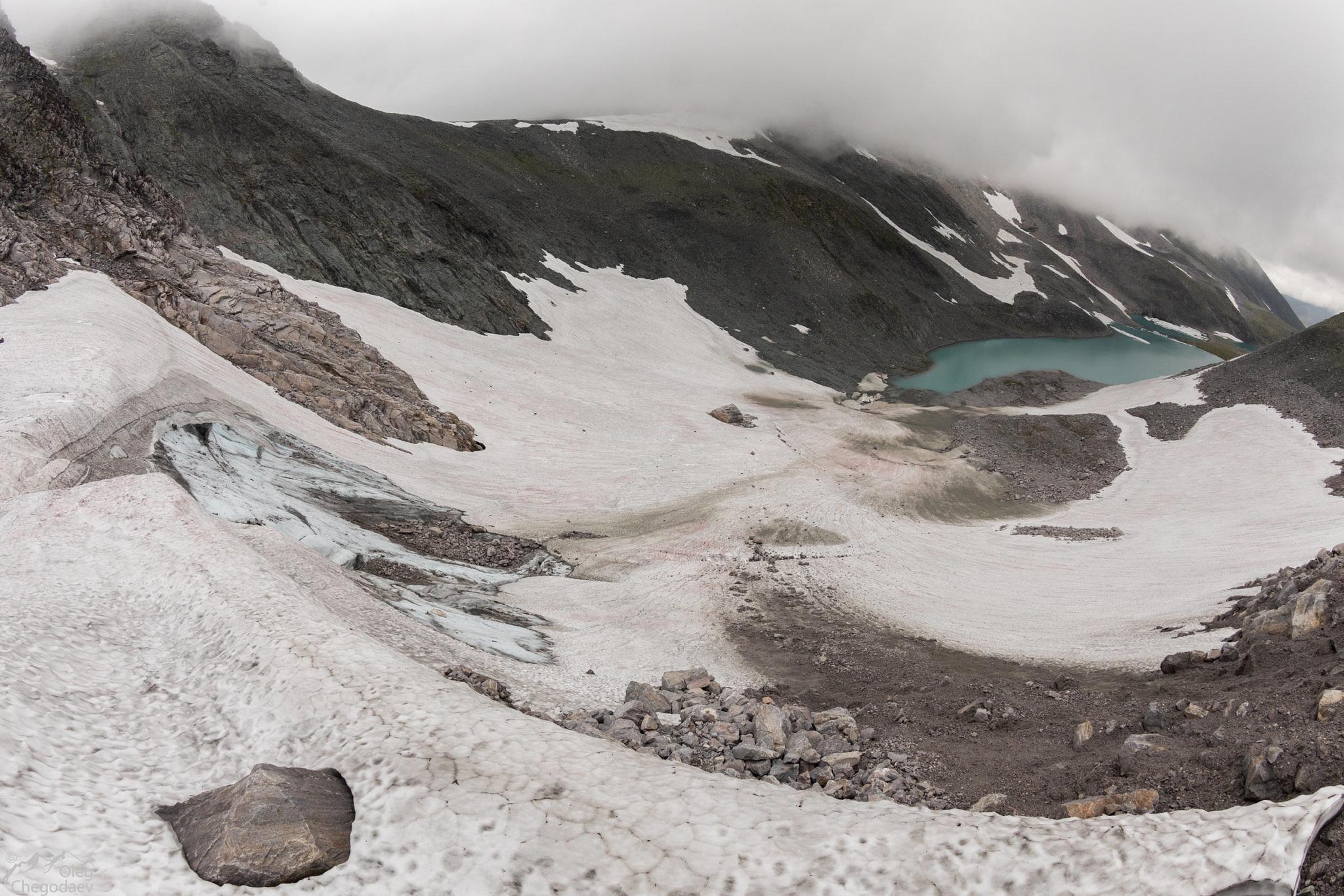 Вид в долину реки Малая Кара с верхнего уступа.